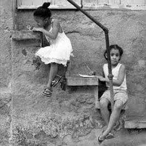 Dos niñas haciendo deberes en Cuba